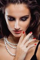 schoonheids jonge vrouw met dichte omhooggaand van juwelen, luxeportret van