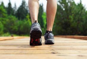 mannelijke wandelaar wandelen door het bos foto