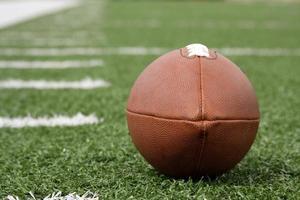 American football in de buurt van de werf lijnen op een veld foto