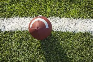 bovenaanzicht voetbal op de werf lijn klaar voor de aftrap
