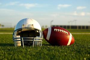 voetbal en helm op het veld foto