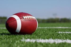 Amerikaans voetbal op het veld met copyspace foto
