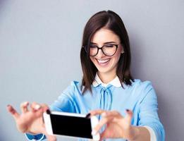 Glimlachende zakenvrouw selfie foto maken