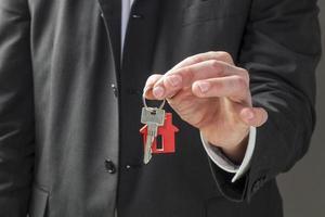 zakenman die de sleutels voor huurbeheer foto