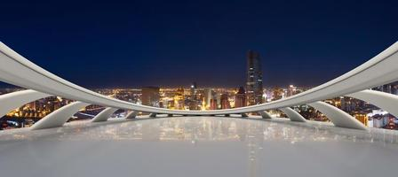lege weg met moderne stadshorizon foto