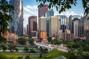 uitzicht op de stad Calgary vanaf een heuvel foto