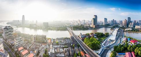 panoramisch uitzicht op hoge hoek van stadsgezicht op de rivieroever foto