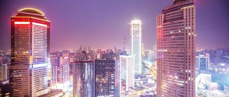 panorama van de moderne stad bij avondschemering