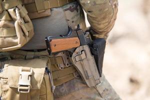 ons leger speciale troepen uniform, close-up op pistool foto