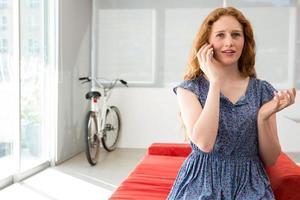 jonge casual vrouw met behulp van mobiele telefoon foto