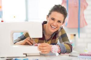 portret van gelukkig naaister naaien in studio foto