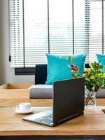moderne interieur woonkamer met laptopcomputer op tafelblad