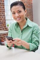 casual zakenvrouw het verzenden van een sms foto