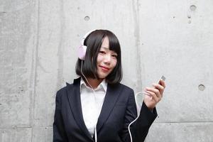 vrouw die naar muziek luistert foto