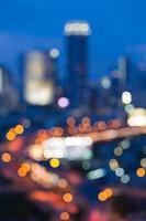 stadsverkeer op de rond tijdens schemering foto