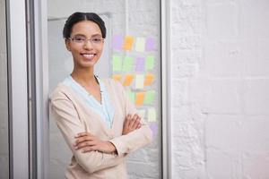 zakenvrouw draagt een bril en lacht naar de camera foto