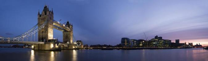 panorama van centraal londen bij zonsondergang. (torenbrug, stadhuis) foto