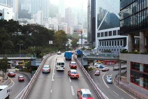 verkeer en gebouwen in de moderne stad hong kong overdag. foto