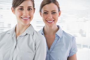 jonge vrouwelijke ondernemers glimlachen foto
