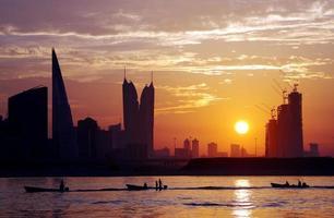 prachtig uitzicht op de skyline van Bahrein tijdens zonsondergang foto