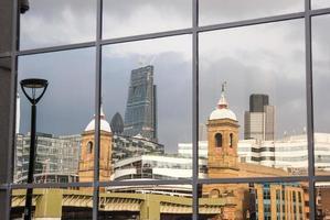 weerspiegeling van de stad Londen foto