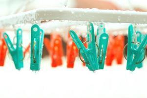 vintage wasknijper op regendag met selectieve focus op peg foto