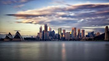 het financiële district van Sydney en het operagebouw bij zonsopgang foto