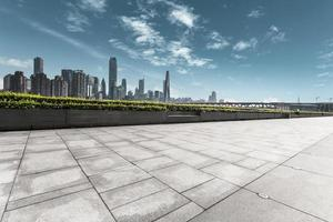 moderne skyline en lege weg foto