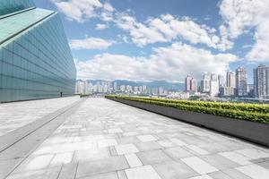 lege weg in de buurt van modern gebouw foto