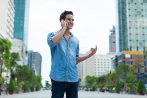 knappe man mobiel bellen glimlach buiten stad straat foto