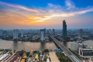 vogel ogen uitzicht over de stad bij zonsondergang foto