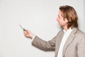 zaken man lang haar staande voor whiteboard. foto