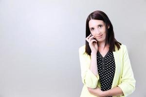 professionele jonge vrouw die op smartphone luistert foto