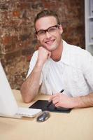 glimlachende mens die op grafische tablet trekt