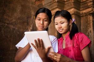 Myanmar meisje met behulp van digitale tablet-pc foto
