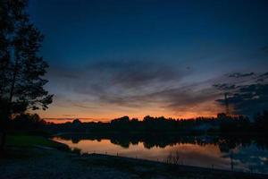 zonsopgang op de oever van de rivier