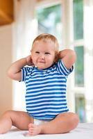 portret van vrolijke kleine jongen foto