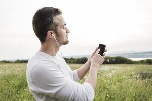 gelukkige jonge man in een veld foto