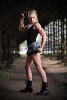 vrouw in uniform met pistool (normale versie) foto