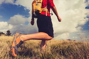 wandelende man met rugzak in bergen foto