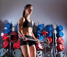Barbell vrouw training fitness in gewichtheffen sportschool foto