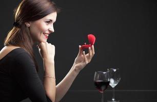 vrouw met verlovingsring in restaurant foto