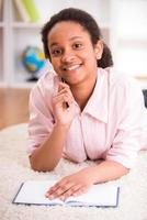 schoolmeisje thuis foto