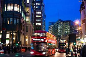 londen stadslandschap met rode bus die snel beweegt foto