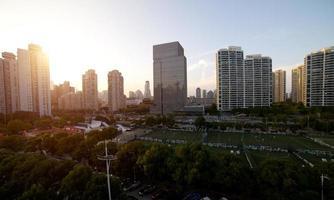 stedelijk uitzicht in de zonsondergang