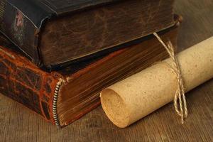 retro compositie met boeken en papier foto