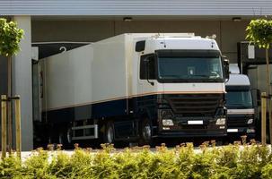 vrachtwagen bij laadperron foto