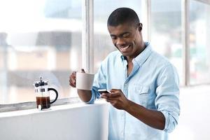 Afrikaanse koffie telefoon man foto