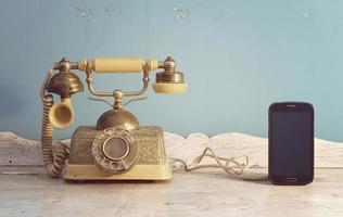 vintage telefoon en smartphone. foto