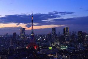 de stad Tokyo en de Olympische verlichting van Tokyo Tower foto
